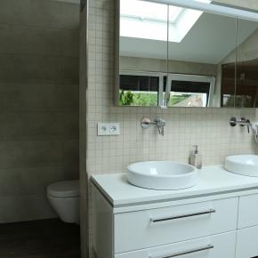 Grossformatige Fliesen und Mosaik im Badezimmer von EPOS Neue Art.